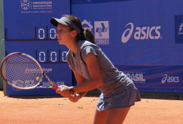 A tenista Maria Clara Nóbrega disputa a categoria 16 anos feminino do Circuito Nacional Correios Infanto Juvenil em Natal, no Rio Grande do Norte. Crédito: Ana Karla Santiago.