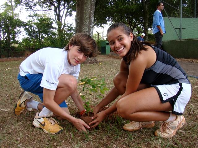 Diego Padilha e Maria Clara Silva plantaram muda de Ipê no Harmonia Tênis Clube. Foto: Dennis Forster/CBT