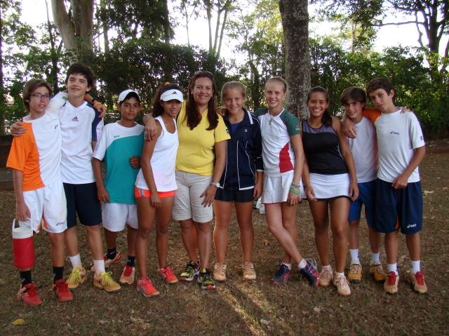 Tenistas plantaram quatro mudas de Ipê no Harmonia Tênis Clube, em São José do Rio Preto. Crédito: Dennis Forster/CBT