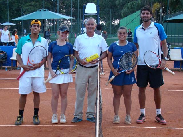 Gabriel Ferreira e Fernanda Quintino, Bárbara Oliveira e Ricardo Siggia com o árbitro Rúbio Ribeiro antes do sorteio. Crédito: Rubens Lisboa/CBT