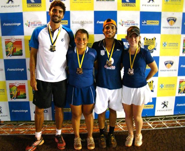 Ricardo Siggia, Bárbara Oliveira, Gabriel Ferreira e Fernanda Quintino na premiação das duplas mistas. Crédito: Rubens Lisboa/CBT