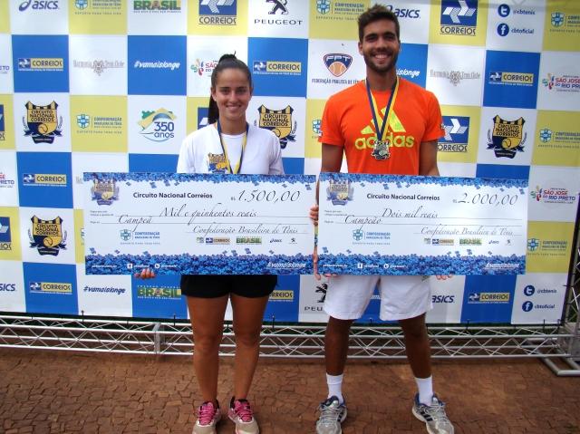 Raquel Piltcher e Augusto Laranja foram os campeões no Harmonia Tênis Clube. Crédito: Rubens Lisboa/CBT