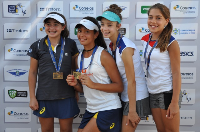 Camilla Bossi e Lorena Cardoso venceram final de duplas de 12 anos contra Maria Rodrigues e Brenda Pinto Crédito: Rubens Lisboa